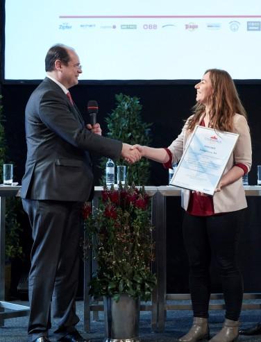 Geschäftsführer der Bundessparte Tourismus- und Freizeitwirtschaft und ÖGAF Vorstand Manfred Katzenschlager überreicht die Tourissimus Spezial Urkunde an Sabine Sarlay